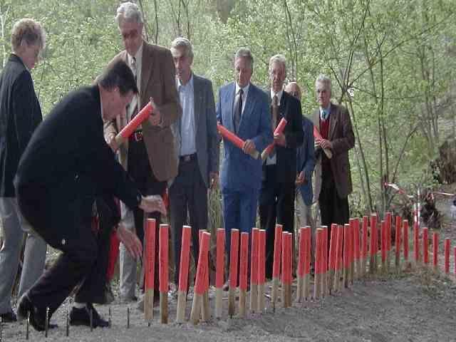 Gedenkfeier 2000: Pflöcke gegen das Vergessen einschlagen